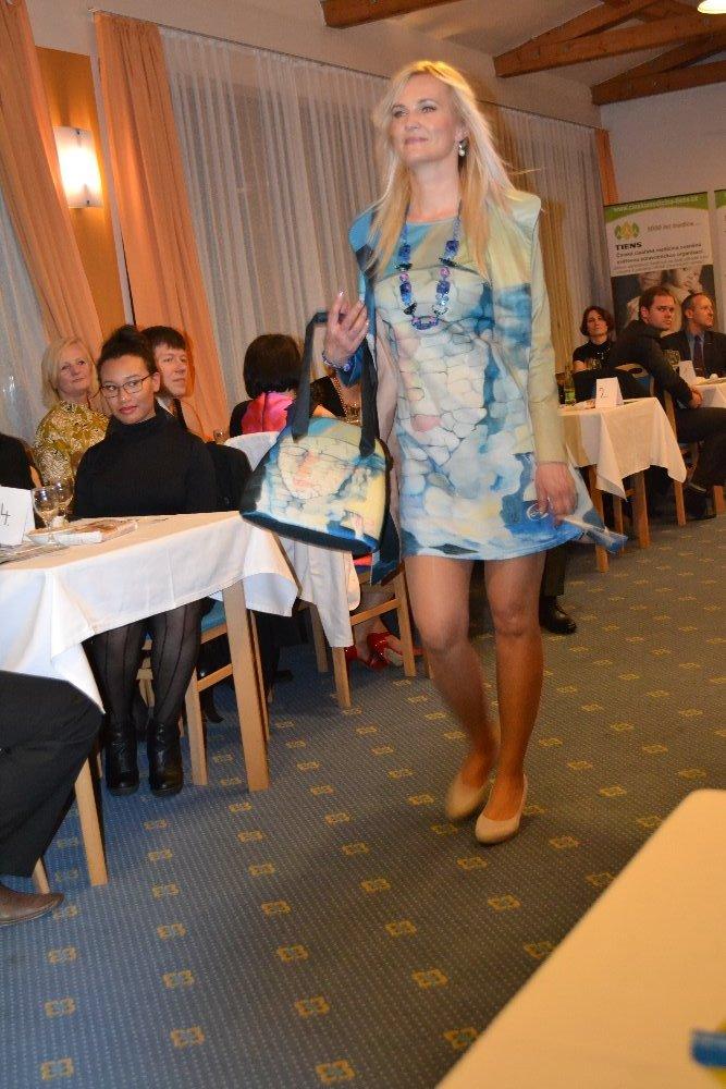 Kabát a šaty Kamenná láska v Normandii 3
