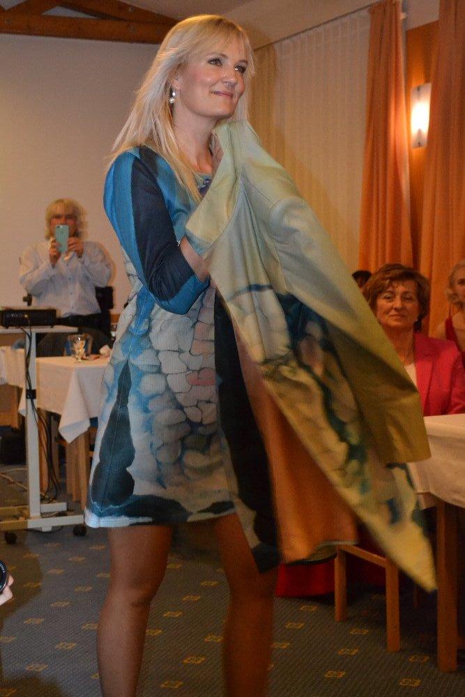 kabát a šaty Kamenná láska v Normandii 1