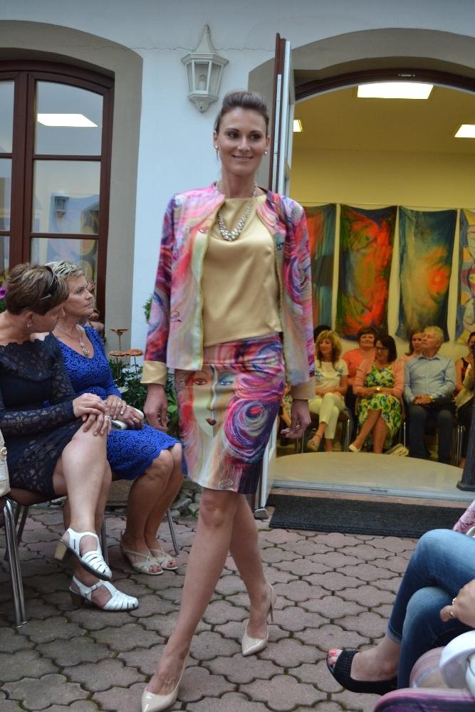 MOTÝLÍ VÁBENÍ - kostýmek, sukně a zlatý top a kabátek